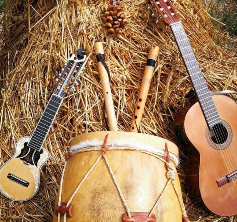 Instrumente der bolivianischen Musikgruppe 'Sacambaya'