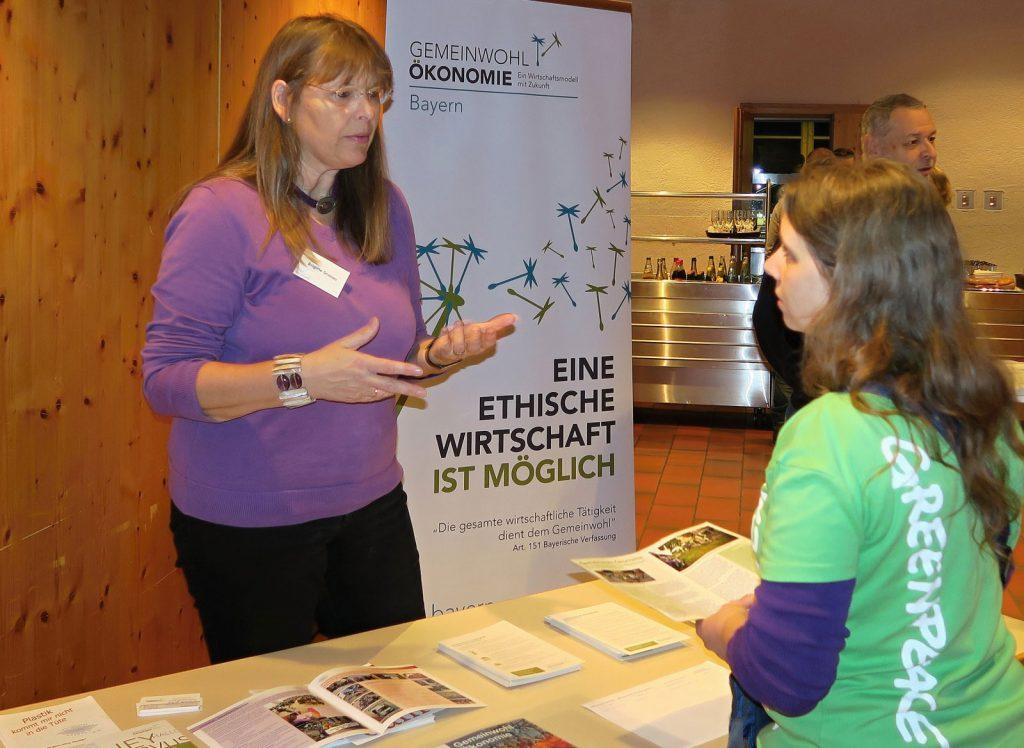 GWÖ Arbeitskreisleiterin Brigitte Gronau informiert beim Greenpeace Vortrag in Weiheim