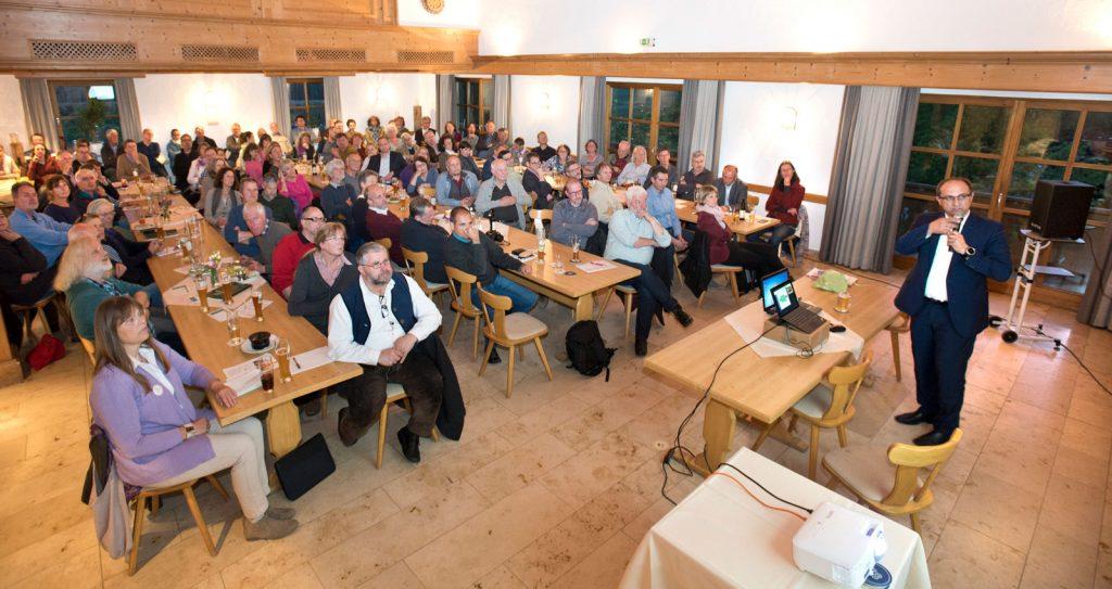 Gemeinwohl-Ökonomie Vortragsveranstaltung Paterzell, Mai 2019 - Hans-Jörg Birner referiert. (Foto Gronau)