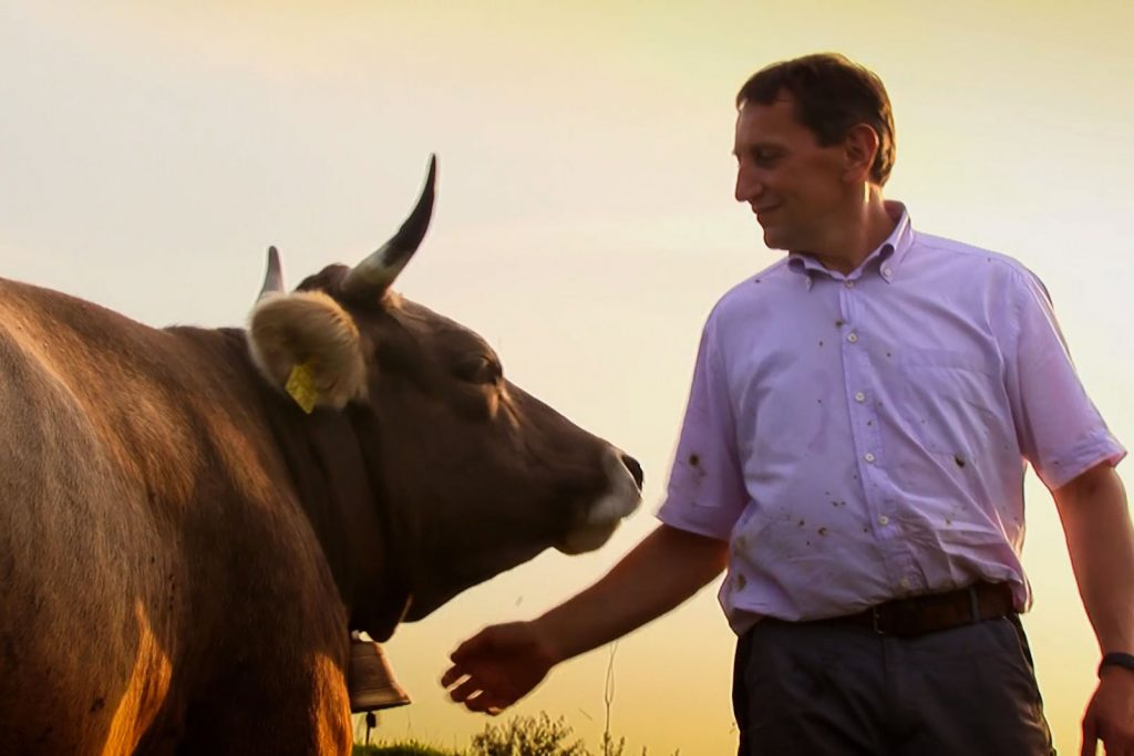 """Doku-Film """"Aus Liebe zum Überleben"""" von Bertram Verhaag - Trailerbild 2: Bauer mit Kuh"""