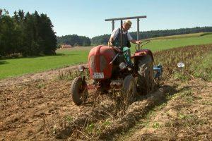 """Doku-Film """"Aus Liebe zum Überleben"""" von Bertram Verhaag - Trailerbild 5: Bauer auf altem Traktor"""