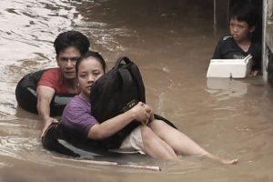 Dokumentarfilm 'Klimafluch und Klimaflucht' - Überschwemmungen in Indonesien, Menschen im Wasser