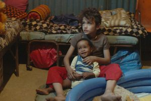 Bild aus dem Film 'Capernaum' - Zain mit kleinem äthiopischen Jungen