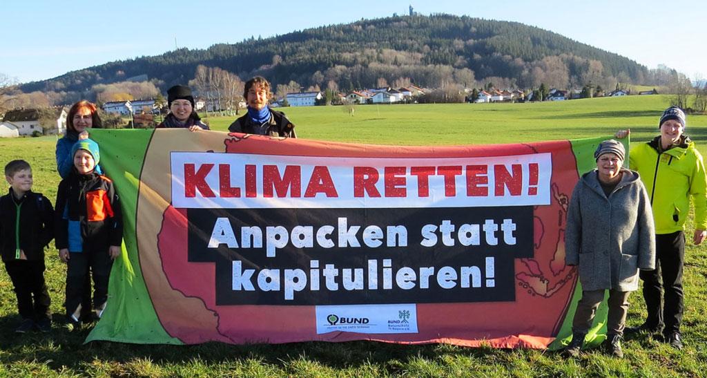 BUND Weilheim, Aktive mit Banner 'Klima Retten!'