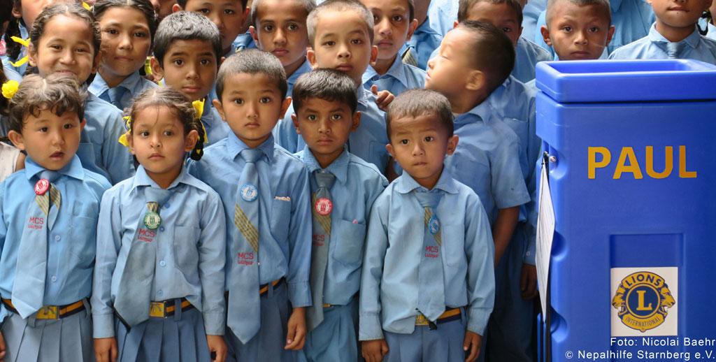 Dokumentarfilm 'Nach dem Regen kommt die Sonne' - Schüler in Nepal mit Wasserfilter. Foto: Nepalhilfe Starnberg e.V.