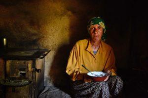 Dokumentarfilm 'Land des Honigs', Bild 2 (Imkerin im Haus)