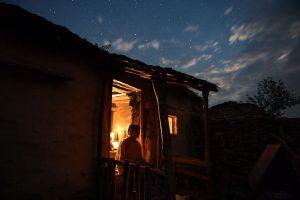 Dokumentarfilm 'Land des Honigs', Bild 1 (Imkerin vor ihrem Haus abends))