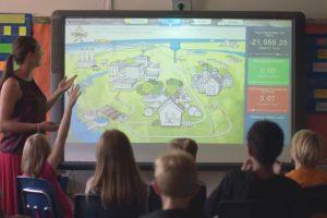"""Dokumentarfilm """"2040 – Wir retten die Welt!"""" – Bild: Schulunterricht über Nachhaltigkeit"""