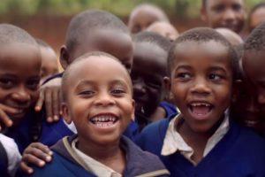 """Dokumentarfilm """"2040 – Wir retten die Welt!"""" – Bild: lachende schwarze Kinder"""