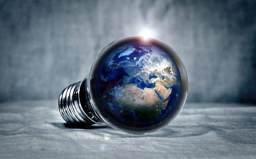 Erdkugel in Glühbirne (Fotomontage von PIRO4D, pixabay)
