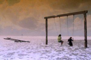 Dokumentarfilm 'Hinterm Deich wird alles gut' - Titelbild (Schaukel im Meer)