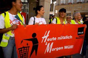 """Dokumentarfilm """"Der Marktgerechte Mensch"""" (2020) - Bild 2 (verdi Demo)"""