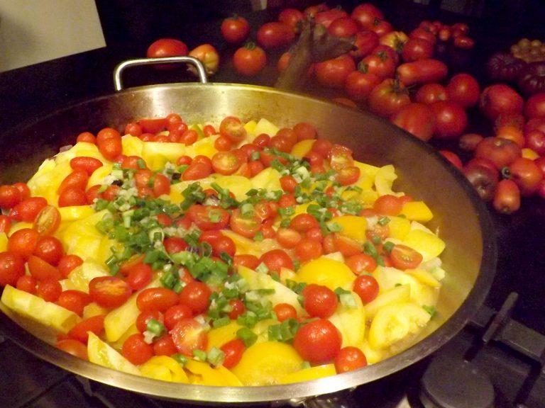 Verschiedene Tomatensorte in der Pfanne